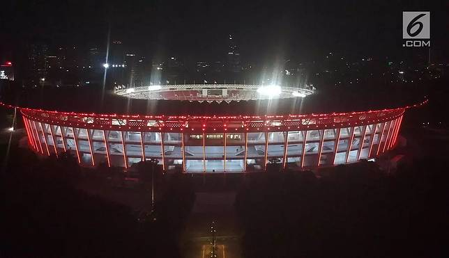 Lampu LED yang menghiasi Stadion GBK, Senayan, Jakarta, Rabu (10/1). Direktur Pembangunan dan Pengembangan Usaha PPKGBK Gatot Tetuko menyatakan kurang lebih ada sekitar 640 LED yang menerangi stadion ini. (Liputan6.com/Arya Manggala)
