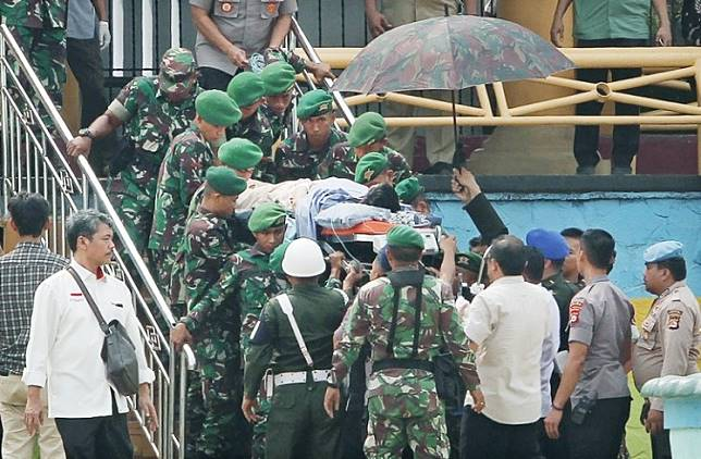 Military personnel carry Coordinating Political, Legal and Security Affairs Minister Wiranto to a helicopter to be medevaced after he was attacked in Pandeglang, Banten, on Thursday.