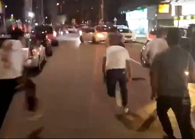 大漢追出馬路中央。(互聯網)