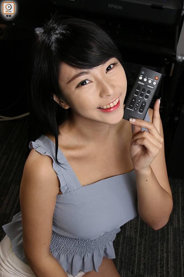 遙控器採用卡片式設計,纖薄易用,能簡單控制開關、音量及切換視音訊源。(盧展程攝)