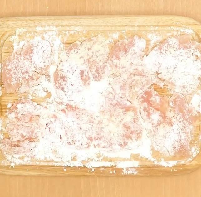 用鹽、粟粉及味粉醃製雞肉。(互聯網)