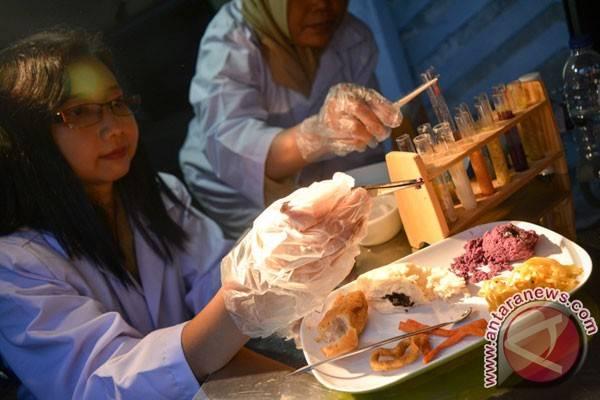 Dokumentasi petugas Dinas Ketahanan Pangan Jawa Timur menguji sampel beberapa makanan dari pedagang di dalam mobil laboratorium keliling saat sidak jajanan buka puasa di Sidoarjo, Jawa Timur, Senin (20/6/2016). Ditemukan beberapa makanan mengandung pengawet, pewarna tekstil Rhodamin B, Methanyl Yellow & boraks. (ANTARA FOTO/Umarul Faruq)