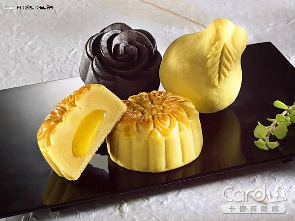 黑色玫瑰造型「松露蕈菇」月餅呈現微甜微鹹風味,金柚子造型「金桔香柚」唇齒留香(圖/一之軒 提供)