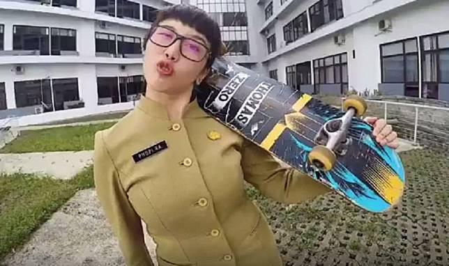 Viral PNS Cantik Bermain Skateboard, Aksinya Seru Banget!