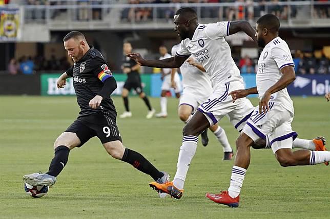 英格蘭前國家隊長魯尼(左)轉戰美國MLS,周三比賽踢進一記距離68碼遠的超遠射門。(路透)