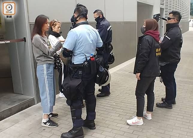 蒙面警員在葵涌九龍貿易中心外截查途人。(蔡高華攝)