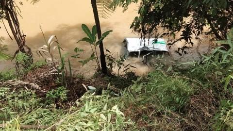 Sebuah Mobil di Mamasa Terjun ke Sungai, Diduga karena Sopir Mengantuk