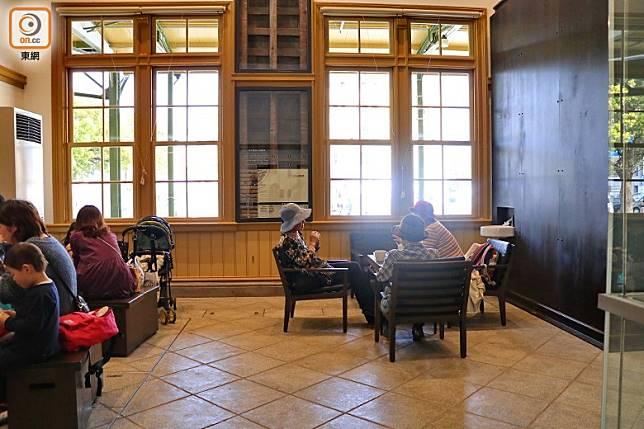 地面則開設了人氣咖啡連鎖店,令整個車站重拾西洋風氣。(李家俊攝)