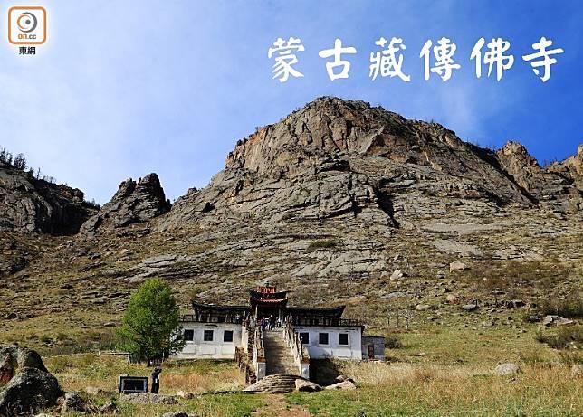 當地海拔約1,500米,步上山腰的藏傳佛寺時,記得放慢腳步!(互聯網)