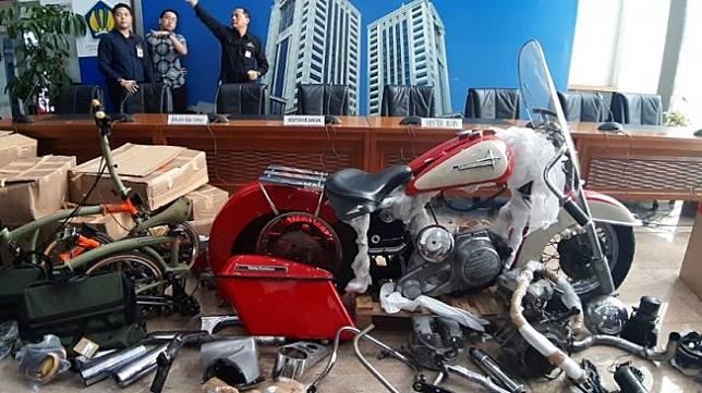 Barang bukti moge dan sepeda mewah selundupan dibongkar. (Suara.com/Achmad Fauzi)