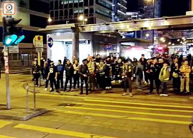 凌晨零時許,大批市民曾在亞皆老街一帶聚集。(梁頴福攝)