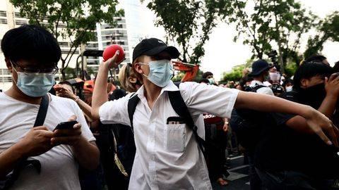 Para demonstran melempari cat merah, tomat, hingga telur ke Pengadilan Bangkok menuntut pembebasan para tapol di Thailand, 2 Mei 2021. (AFP/JACK TAYLOR)