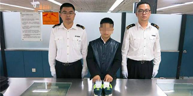 Penyelundup berlian (tengah) dicekal petugas kepabeanan Hong Kong. (Foto: Shanghaiist)