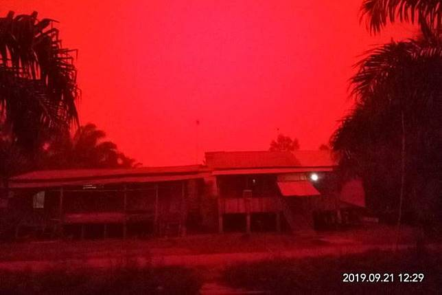 Kondisi Muaro Jambi berwarna merah pada siang hari.(Facebook: Qha Caslley)  Artikel ini telah tayang di Kompas.com dengan judul