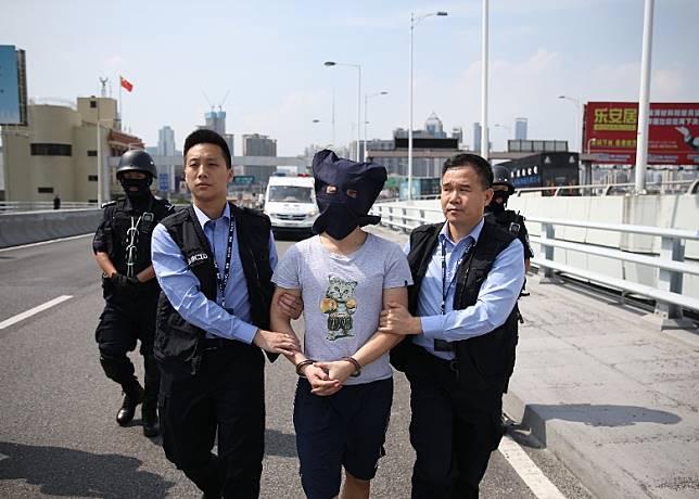 27歲疑兇於內地落網,已移交本港警方。(互聯網)