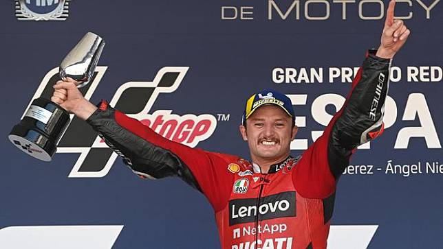Jack Miller lakukan selebrasi usai finis pertama balapan MotoGP Jerez 2021 hari Minggu (02/05/2021). (PIERRE-PHILIPPE MARCOU / AFP)
