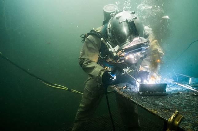 Tukang Las Bawah Laut Ini Bisa Dapat Miliaran dalam Setahun!