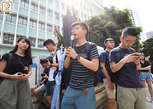 黃之鋒(中)、周庭(左1)等抵達律政中心正門。(李志湧攝)