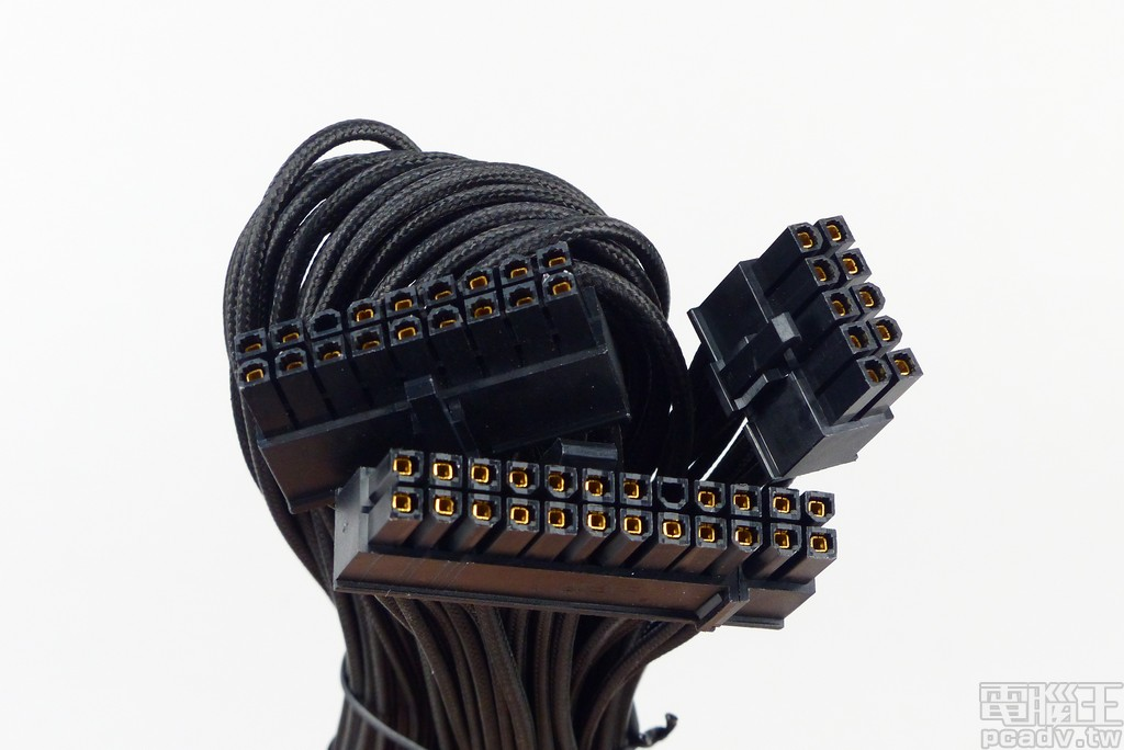 ATX 20+4pin 線材採用 CableMod 版本,各線採用獨立傘兵繩包覆