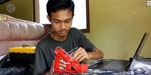 Cerita Pemuda Lulusan SMK di Purworejo Ciptakan Robot Pembuat Telur Dadar Bantu Ibunya Berjualan