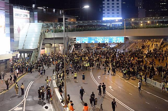 示威者在集會後,逗留在金鐘一帶的馬路。