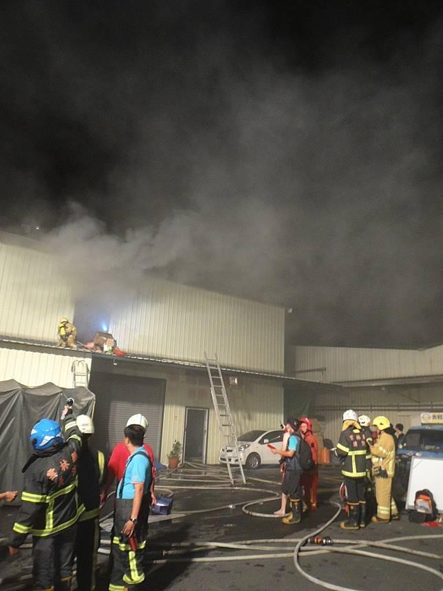 雲林北港鎮一家大賣場昨天11點發生火警,受困6人稍早12點多已經全數救出。記者蔡維斌/攝影