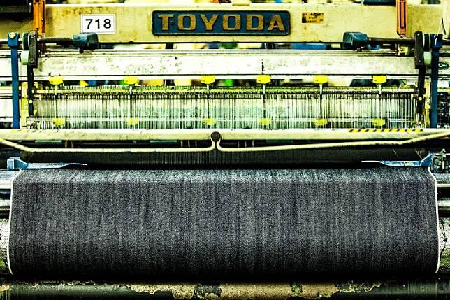日本知名工廠Kaihara Denim Mill至今仍然保持採用古董梭機以環錠紡紗法(Ring Spinning)織出上乘的丹寧布料。(互聯網)
