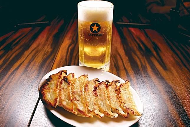 「餃子、啤酒及下酒菜Set」,一個人食的話分量啱啱好。(互聯網)