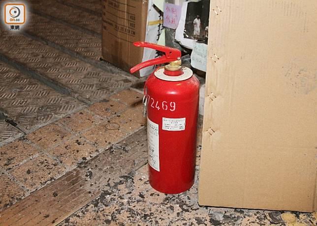 熱心途人一度取來滅火筒救火。(楊日權攝)