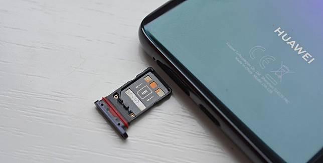Huawei Tidak Bisa Lagi Bikin Slot SD Card di Ponselnya