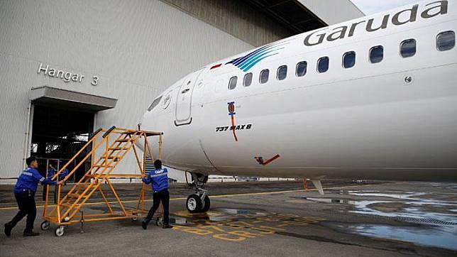 Seorang teknisi bersiap-siap melakukan pengecekan pesawat Garuda Indonesia tipe Boeing 737 Max 8 di Garuda Maintenance Facility AeroAsia di Bandara Internasional Soekarno-Hatta, Tangerang, 13 Maret 2019. Garuda Indonesia menyatakan larangan terbang sementara terhadap satu unit pesawat jenis Boeing 737 Max 8. REUTERS/Willy Kurniawan