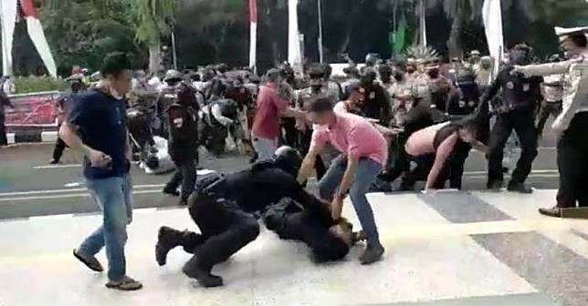 Aksi polisi membanting mahasiswa yang berdemonstrasi di Tangerang viral di media sosial.