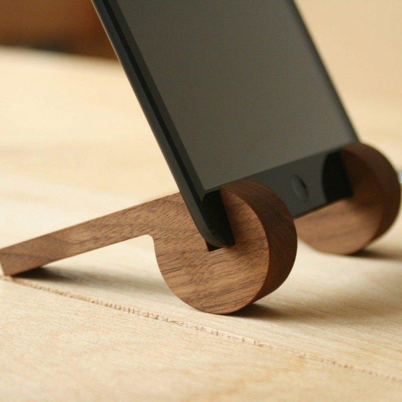 簡易造型的原木 iPad 架,大小便於攜帶,可使用於會議和展示用,亦可連接充電器使用。