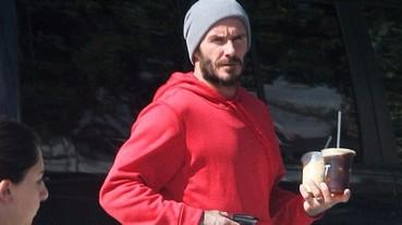 貝克漢父子不約而同穿上亮色連帽外套 老爸又再次穿上這雙!