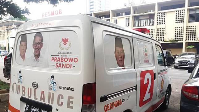 Polisi menyita mobil ambulans yang membawa batu dan sejumlah uang usai kerusuhun di Jakarta pada 22 Mei dini hari. (Merdeka.com)