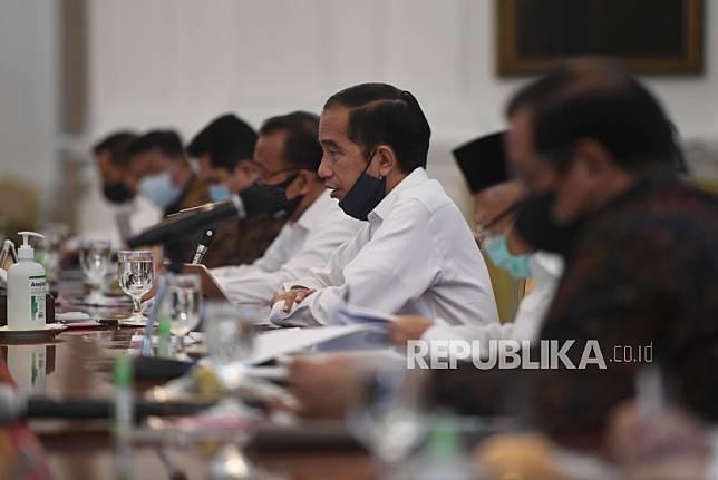 Presiden Joko Widodo (tengah) memimpin rapat kabinet terbatas.
