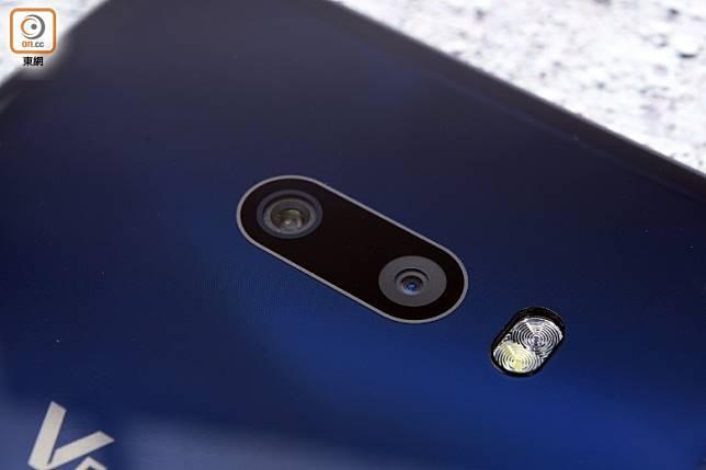 配備1,200 萬像素主攝鏡及1,300萬像素超廣角鏡。(方偉堅攝)