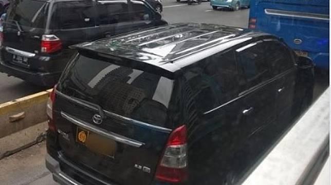 Mobil Dengan Pelat Nomor Dinas Polri di Jalur Transjakarta. (Facebook)