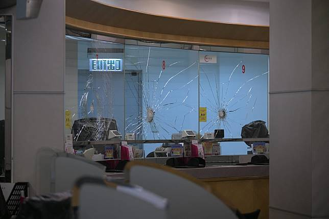 集友銀行下午懷疑遭遊行人士破壞。