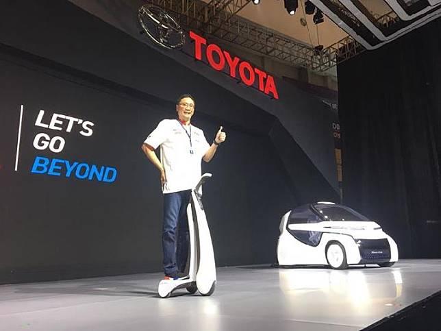 Executive General Manager PT Toyota Astra Motor Fransiscus Soerjopranoto saat menjajal mobil konsep Toyota i-Walk di GIIAS 2018. (TAM)