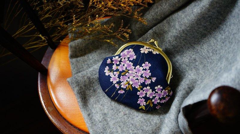 浪漫和柄紫垂櫻口金包 聽說櫻花花瓣飄落的速度為5釐米 在這段時間當中~可以產生了許多浪漫... 在每一個時刻 我都會在櫻花樹下等妳 可放置卡片,不管是捷運卡或者是悠遊卡都可以直接感應不需要再抽出卡片。