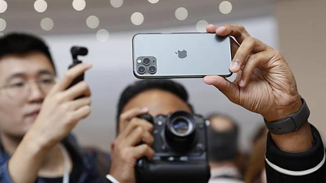 Pengunjung memoto new iPhone 11 Pro usai diluncurkan di Cupertino, California, AS, 10 September 2019. iPhone 11 Pro akan dibanderol mulai dari USD 999. Sementara harga iPhone 11 Pro Max mulai dari USD 1199. REUTERS/Stephen Lam