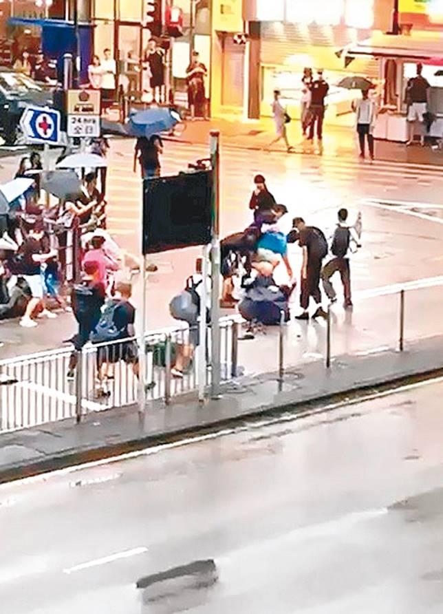 荃灣示威者聯群襲擊受懷疑人士。 (互聯網)