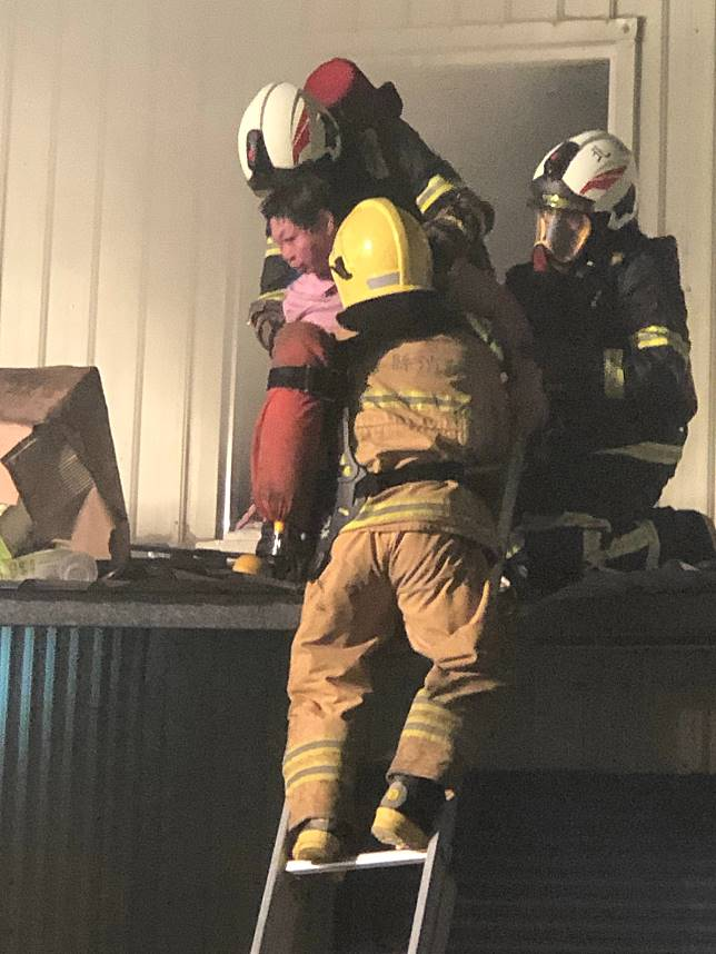 消防人員搶進二樓火場救出受困人員。記者蔡維斌/攝影
