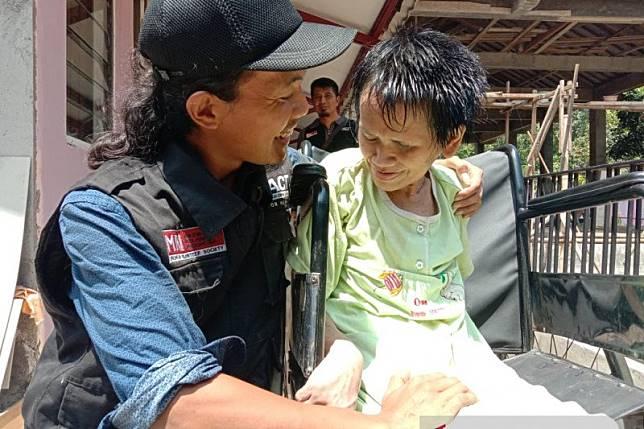 Jadi sarang tikus, rambut nenek di Jateng dipotong relawan RMI-ACT