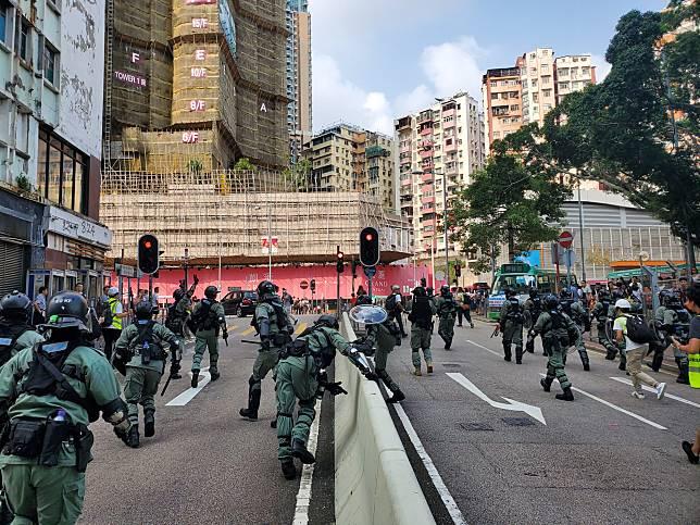防暴警於裕民坊追截示威者,示威者四散。