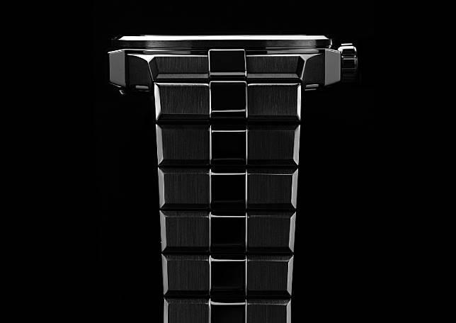 錶鏈由錠狀單一鏈節組成,中央帶有浮凸的立體頂蓋。(互聯網)