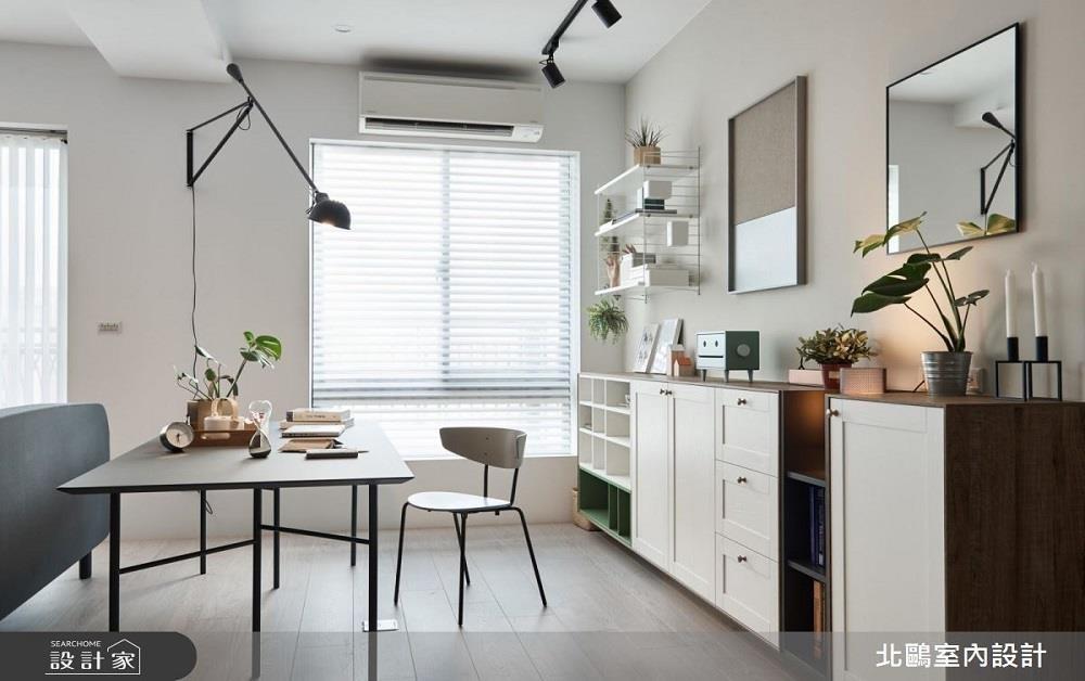 開放設計書房的後方,不一定得被整面書牆給佔據,擺置幾張精緻小巧的矮櫃,能滿足一點收納需求外,還能幫助整體空間視覺更加清爽。>>看完整圖庫