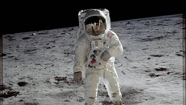 Seorang Perempuan Tuntut NASA soal Hak Milik Pasir Debu dari Bulan