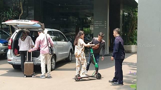 Ilustrasi pengguna skuter listrik. (Suara.com/Ditha)